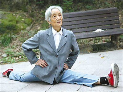 grannys got the bends flexible 86yearold shows off