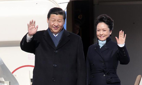 Chinese President Xi Jinping (L) and his wife Peng Liyuan wave upon their arrival in Moscow, capital of Russia, March 22, 2013. Chinese President Xi Jinping arrived in Moscow Friday for a state visit to Russia. Photo: Xinhua