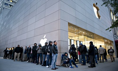 Shoppers stand in line outside an Apple Inc store in Chicago, Illinois, US, on Friday. Apple unveiled the iPad mini tablet, which boasts a 7.9-inch screen diagonally. Photo: CFP