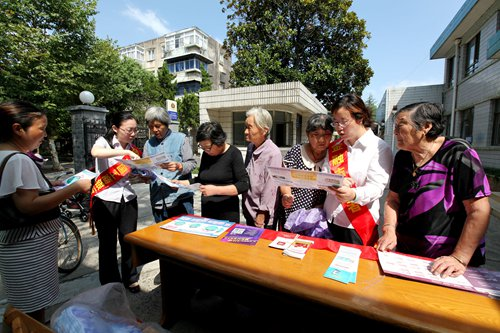 Employees of the Industrial and Commercial Bank of China promote tips on how to avoid telecom fraud in a community in Yangzhou, East China's Jiangsu Province. Photo: IC
