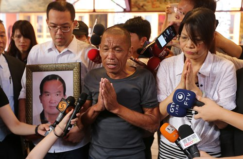 Shen Jui-chang (center), one of the hostages and chief engineer on the Naham 3, returns Taiwan on Wednesday and expresses his gratitude about coming back home. Photo: IC
