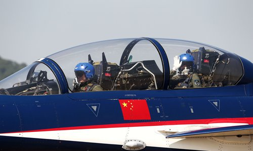 Yu waves to the crowd before taking off at the Zhuhai show. Photo: Cui Meng/GT
