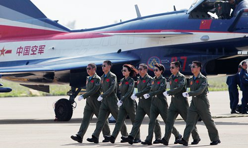 Yu Xu (third from left), who was recently killed in a plane crash, walks with the PLA Air Force's Bayi Aerobatic Team at the 2014 Zhuhai Air Show in Guangdong Province. Photo: Cui Meng/GT