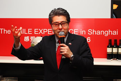 Cesar Suarez, Trade Commissioner of Chile in Shanghai, speaks at the tourism promotional event.