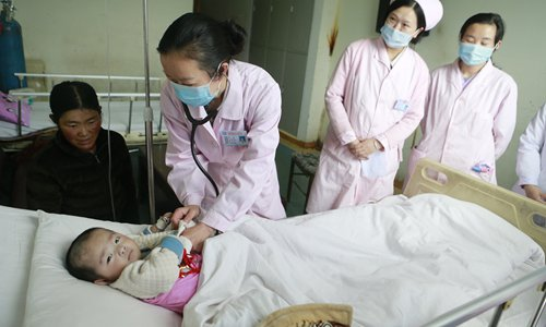 Doctors check on a child suffering from heart disease. Photo: Li Hao/GT