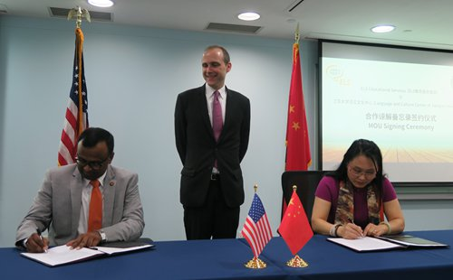US Consul General Hanscom Smith witnesses the signing of MOU between Mallik Sundharam from ELS (left) and Ren Xiaofei from Jiangsu University (right). Photo: Courtesy of the Consulate General of US in Shanghai
