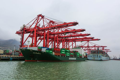 A container ship unloads goods at a port in Lianyungang, East China's Jiangsu Province, on November 21. Photo: IC