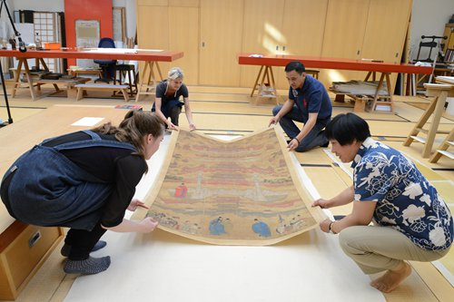 Qiu Jinxian (bottom right) and her team remount a painting at the British Museum.Photo: Courtesy of British MuseumInset: Qiu Jinxian Photo: Sun Wei/GT