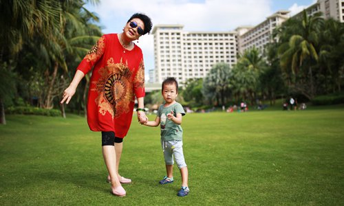 Beijing resident Guo Wei's son and mother-in-law enjoy the sunshine in Hainan Province. Photo: Courtesy of Guo Wei