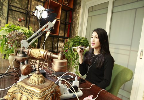 A female broadcaster live streams her show in Xi'an, Northwest China's Shaanxi Province, on December 9. Photo: CFP