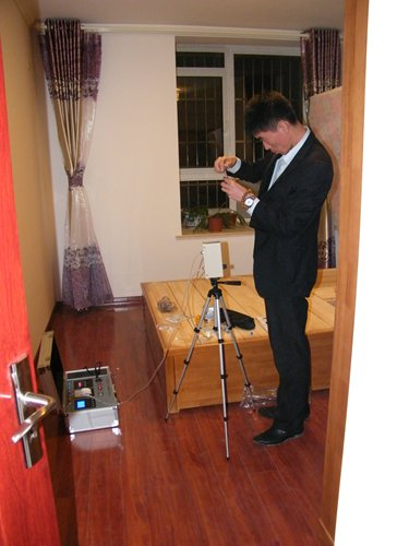 A home inspector tests formaldehyde emissions at a home in Qingdao, Shandong Province in October. Photo: Courtesy of Wang Qinghua