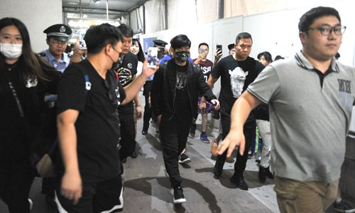 Swarms of fans chase their idol at the Shanghai Hongqiao International airport. Photo: CFP