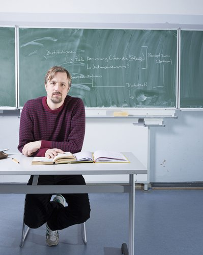 According to the new policy for foreign language teachers, even with a degree from an English-speaking country, non-native speakers can not work as English teachers in Beijing, Shanghai and other pilot areas for the new work permit policy. Photo: IC