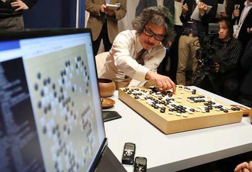 Cho Chin-kun, a 60-year-old South Korean professional Go master, plays a game with Japanese artificial intelligence program DeepZenGo in Tokyo on November 23, 2016. Cho won the three-game match at 2-1. Photo: IC