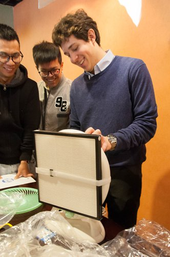 Noah Willingham gives a talk and demonstration on how to install a DIY air purifier at a workshop in Shanghai. Photos: Courtesy of Su Jie