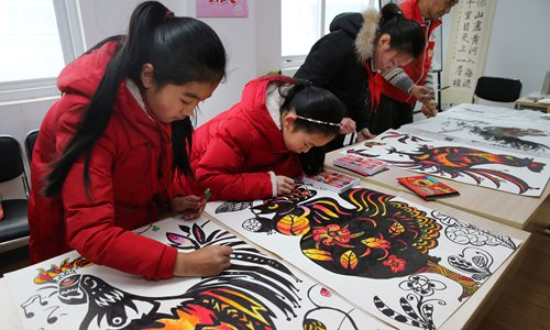 Children in Nantong, Jiangsu Province draw Chinese New Year paintings for the Year of the Rooster on January 17.. Photo: CFP