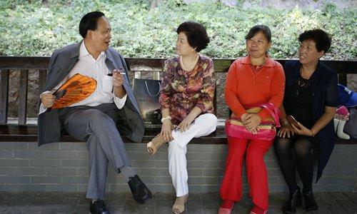 A man (left) dresses up as Mao. Photo: Li Hao/GT