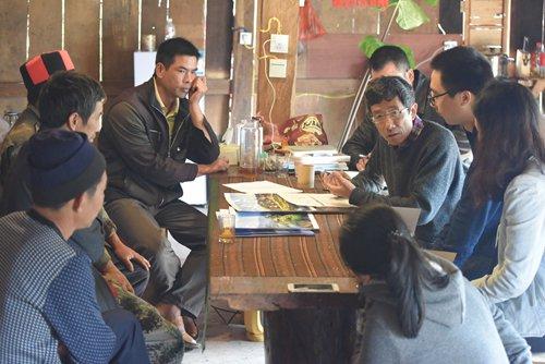 Li speaks with villagers and volunteers in Hebian.