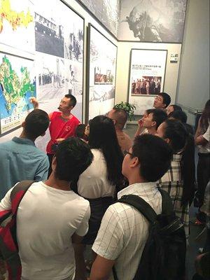 Zhang Yonggang explains to tourists how reform and opening-up has transformed Shenzhen. Photo: Courtesy of Zhang Yonggang