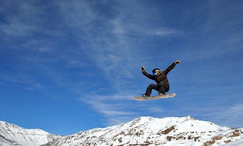 An Iranian snowboarder trains at Dizin Ski Resort some 72 kilometers north of the capital Tehran. Photo: IC
