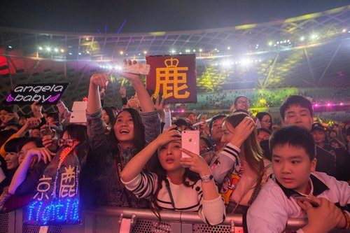 Fans hold up a sign (center) with Lu Han's surname on it at a concert in Shenzhen on December 31, 2015. Photo: IC