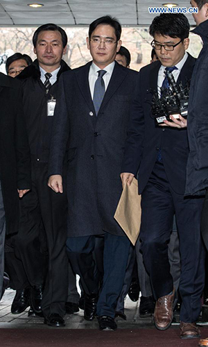 Samsung Electronics Vice Chairman Lee Jae-yong (C) enters a Seoul court for hearings in Seoul, South Korea, on Feb. 16, 2017. The heir apparent of Samsung Group, South Korea's largest family-run conglomerate, on Thursday appeared in hearings at a Seoul court, which will decide whether to issue an arrest warrant for him sought by prosecutors. (Xinhua/Lee Sang-ho)