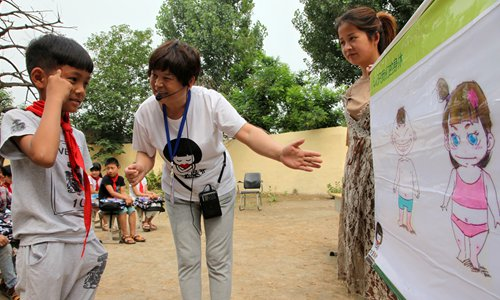 A volunteer with the Girls Protection Fund teaches students in a rural school in Henan Province how to protect themselves from sexual abuse. Photo: IC