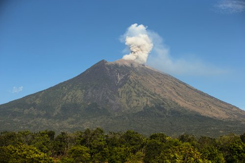 Travelers Banned From Hiking As Indonesia S Bali Volcano Erupts