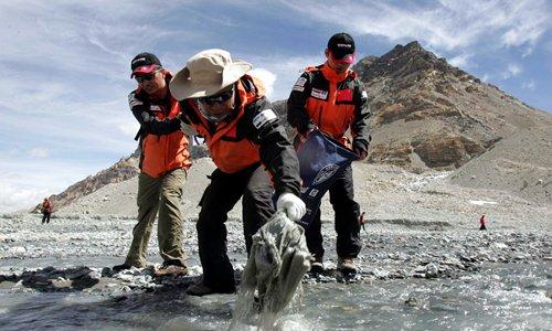Trash collectors brave dangerous conditions on Mount Qomolangma