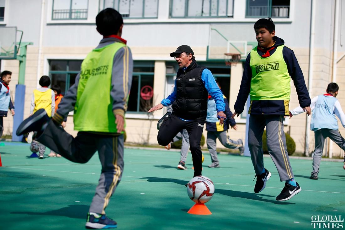 Coach Paulo from Portugal teaches a football class at a school in Shanghai. (Photo: Yang Hui/GT)
