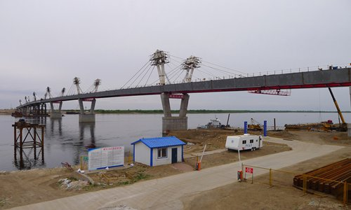 A cross-border China-Russia railroad bridge is under construction on Sunday in Northeast China's Heilongjiang Province. The bridge will link Heihe in Heilongjiang Province with the Russian Far East city of Blagoveshchensk across the Heilongjiang (Amur) River. The construction of the bridge started in 2016, and it is scheduled to start carrying traffic this October. The whole route covers 19.9 kilometers, with 6.5 kilometers in China and 13.4 kilometers in Russia, media reports said. Photo: VCG