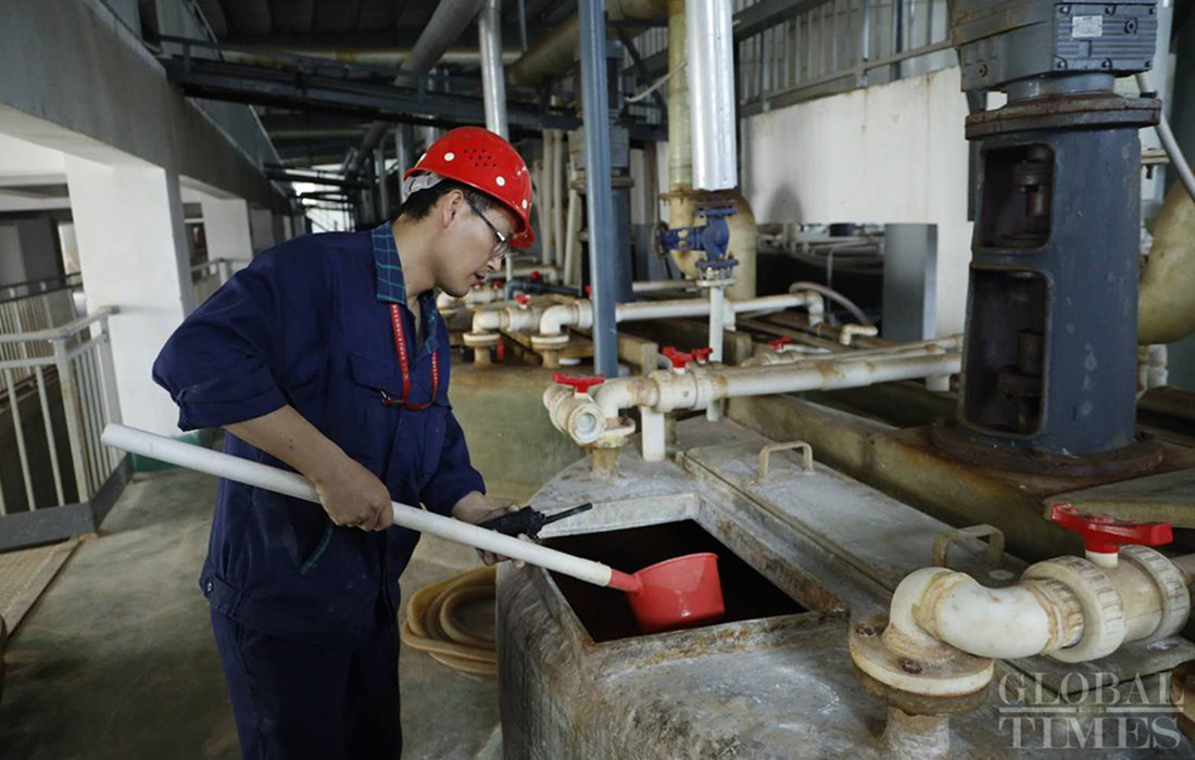 A worker manages a rare-earth solution at the Youli Science and Technology Development Company in Ganzhou on Friday. Photo: Li Hao/GT