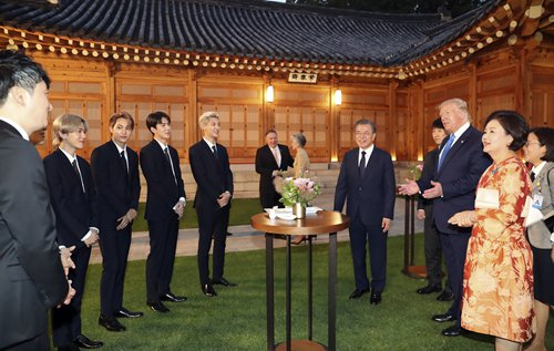 K Pop Band Exo Performs At S Korea S Blue House For Us President