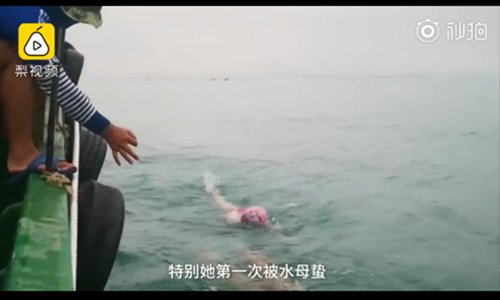 Youngest ever swimmer crosses Qiongzhou Strait