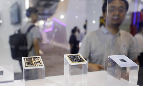 Los chips desarrollados por el proveedor nacional de soluciones de conducción autónoma Horizon Robotics se exhiben en el WAIC 2019 en Shanghai.  Foto: Yang Hui / GT