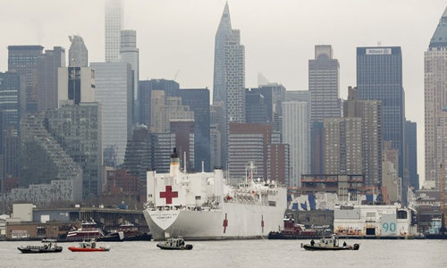 The US Navy Ship (USNS) Comfort docks at Pier 90 in New York, the United States, on March 30, 2020. The US Navy Ship (USNS) Comfort arrived in New York City on Monday, bringing 1,000 hospital beds to help relieve the city's overwhelmed hospital system amid COVID-19 pandemic. (Photo by Guang Yu/Xinhua)