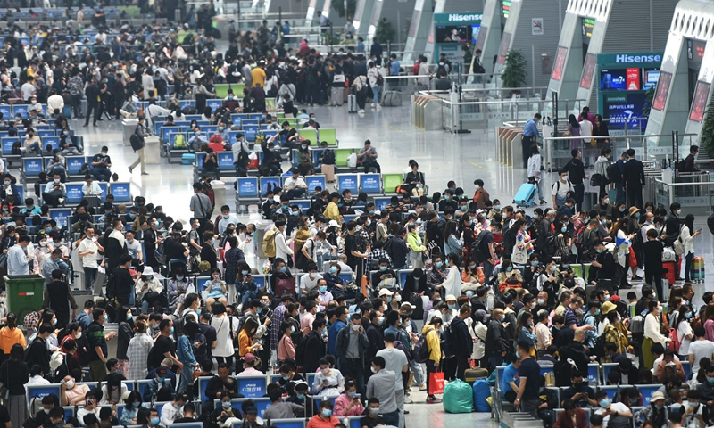 Tourists wait for their trains at Hangzhou East Railway Station on Tuesday as the 5-day May Day holiday ends. Photo: VCG