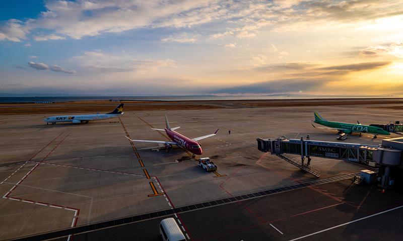 Aircraft on the tarmac at Kobe Airport, Japan Photo: VCG