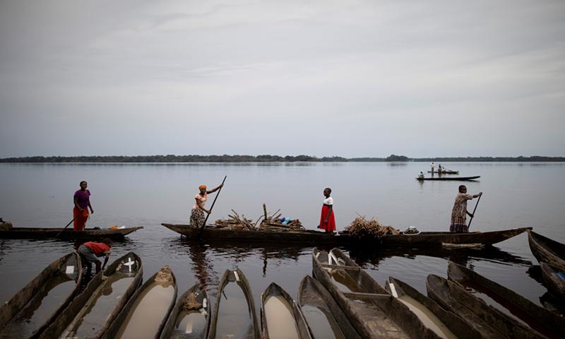 Fishermen paddle along the Ruki River, near the village of Bantoyi in the Democratic Republic of the Congo, April 9, 2019. Photo: VCG
