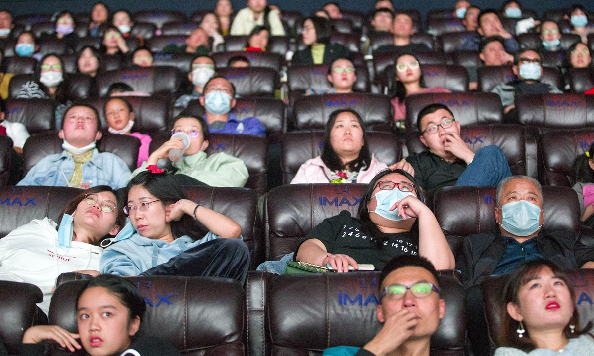 Movie-goers enjoy themselves at a cinema in Taiyuan, North China's Shanxi Province, on Thursday. The Chinese mainland box office totaled 3.69 billion yuan ($544.33 million) during the first seven days of the National Day holiday period, the second highest grossing amount in history for the same period, data showed. Photo: cnsphoto