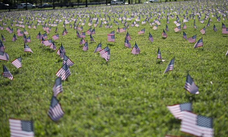 As bandeiras nacionais dos EUA que representam as 200.000 vidas perdidas para COVID-19 nos Estados Unidos foram colocadas no National Mall em Washington, DC, nos Estados Unidos, em 22 de setembro de 2020. As mortes de COVID-19 nos EUA ultrapassaram 200.000 na terça-feira, de acordo com o Centro de Ciência e Engenharia de Sistemas (CSSE) da Universidade Johns Hopkins. Foto: Xinhua