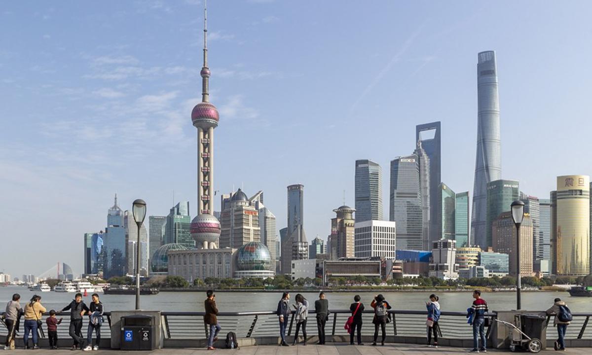 Tourists admire the skyline view of Lujiazui area at the Bund in Shanghai, east China, Jan. 6, 2020. (Xinhua/Wang Xiang)
