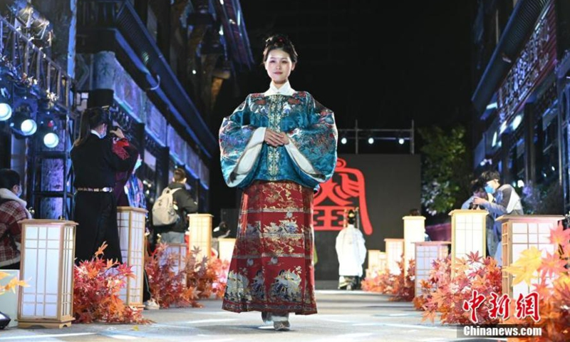 Hanfu lovers dress in <em>hanfu</em>, the traditional clothing of the Han ethnic group at 2020 Hanfu Festival in Chengdu, capital of Southwest China's Sichuan Province, Nov. 22, 2020. (Photo/China News Service)