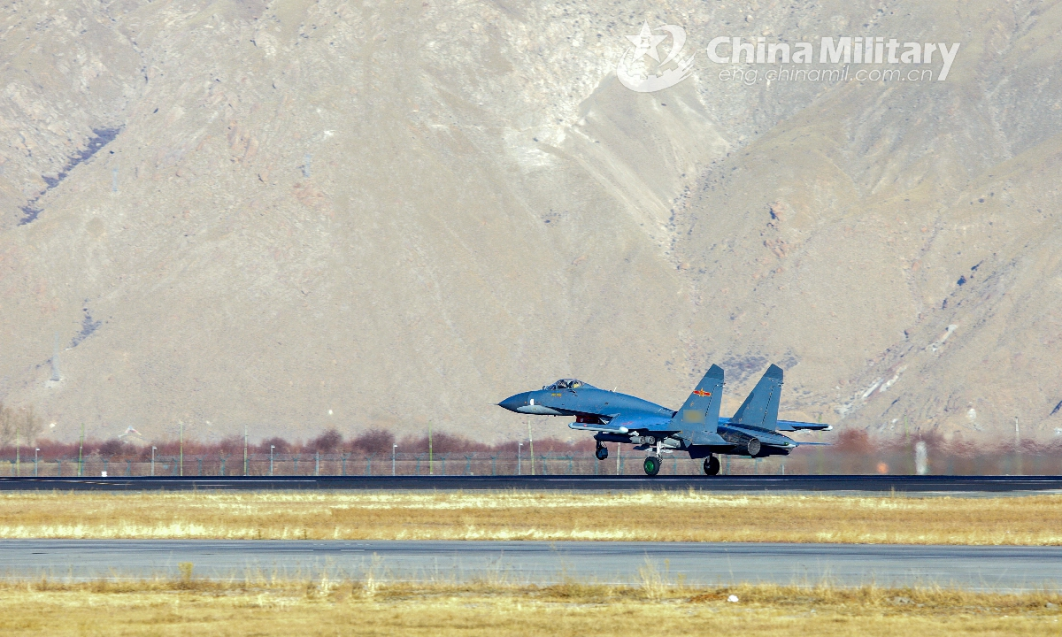 A fighter jet attached to an aviation brigade of the air force under the PLA Western Theater Command takes off from the runway for a real-combat flight training exercise. (eng.chinamil.com.cn/Photo by Zhang Weiwei)