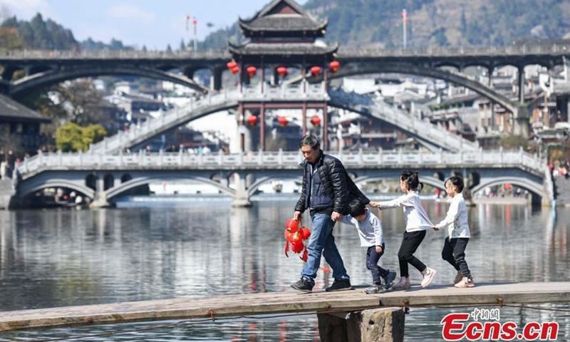 2021年2月16日拍摄的照片展示了中国中部湖南省湘西土家族苗族自治州凤凰镇的美景。
