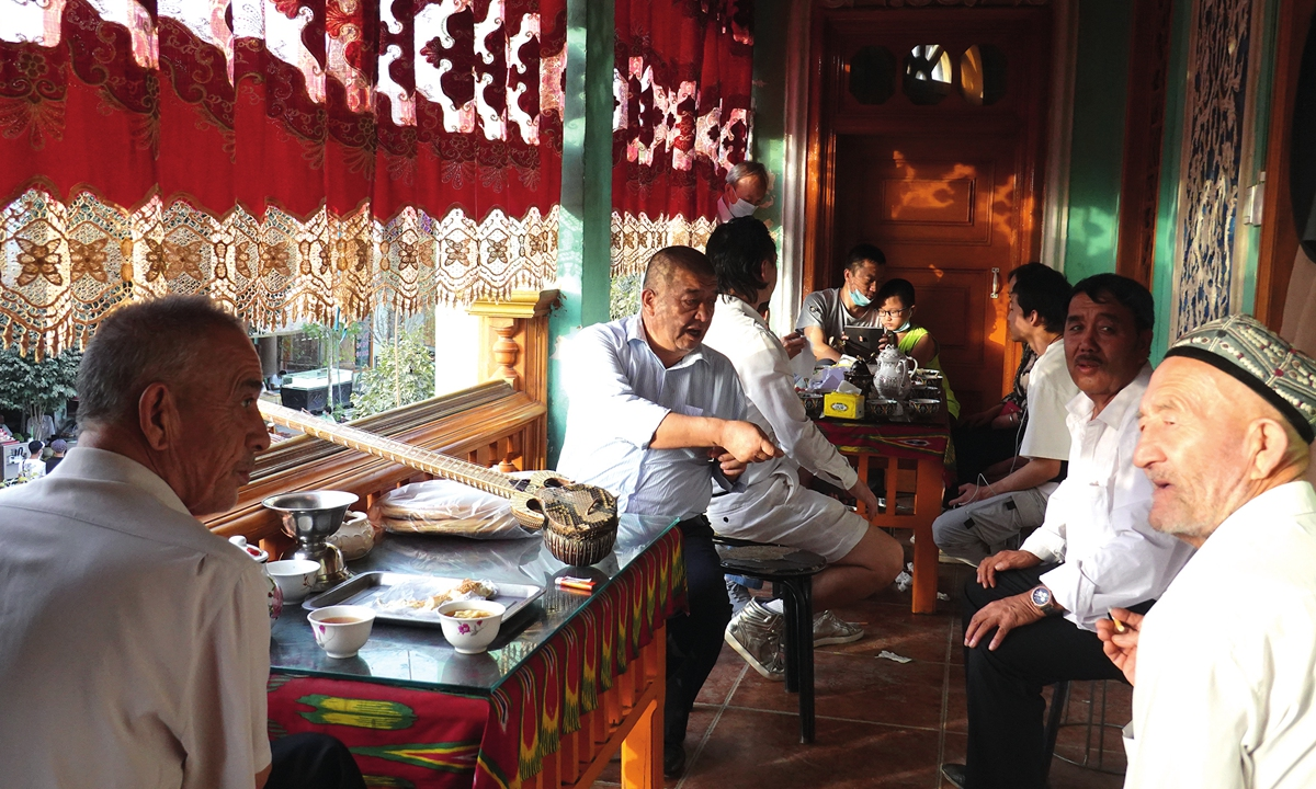 Men enjoy their time in a teahouse in Kashi, Xinjiang. Photo: IC
