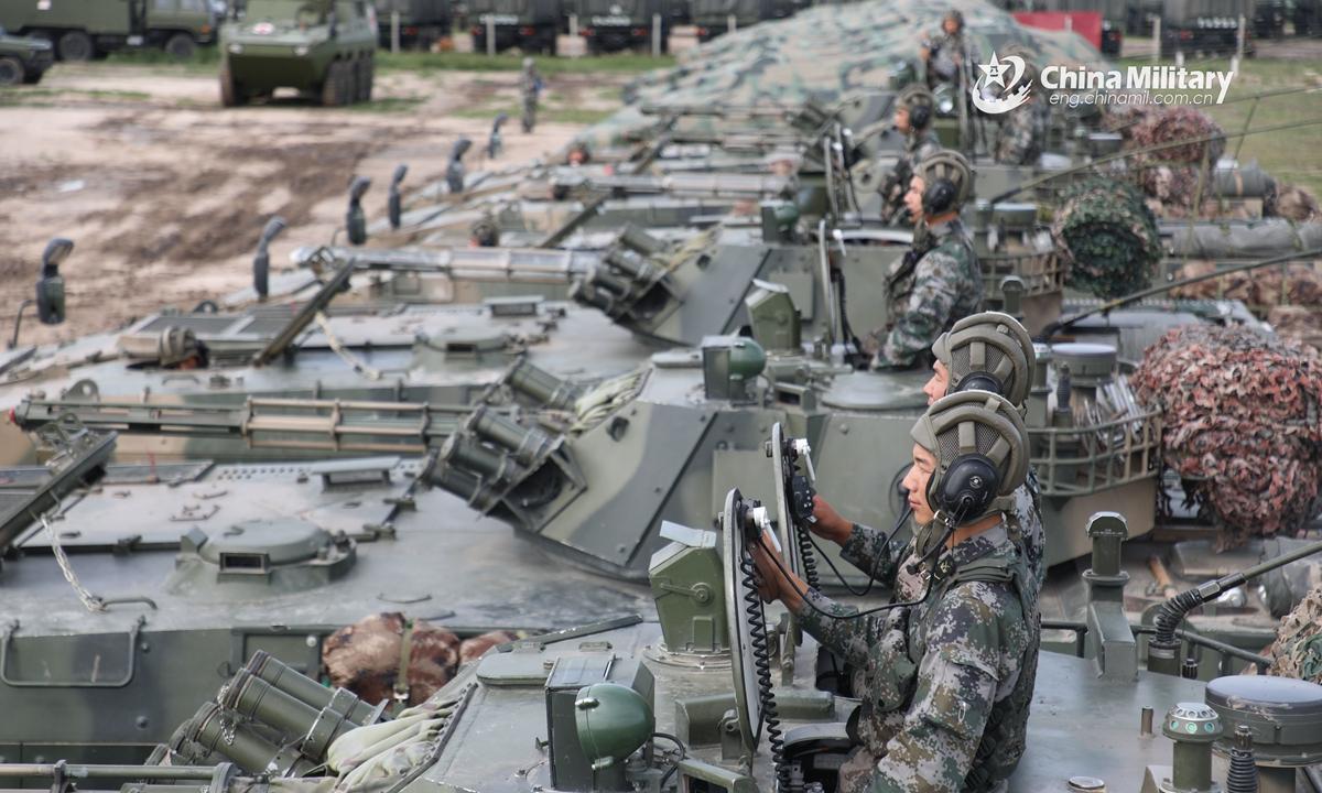 Os soldados de infantaria designados a uma brigada de armas combinadas sob o comando do PLA 78th Group Army ficam bem preparados nas posições durante um exercício de treinamento tático no início de agosto de 2020. (eng.chinamil.com.cn/Photo by Feng Cheng)