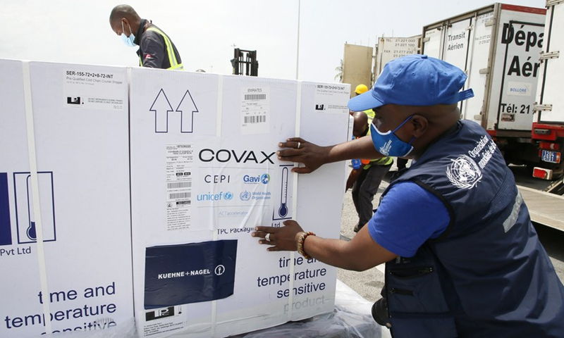 Workers transfer boxes of COVID-19 vaccines from the vaccine-sharing COVAX initiative arrived at Abidjan International Airport in Abidjan, Cote d'Ivoire, Feb. 26, 2021. (Photo:Xinhua)