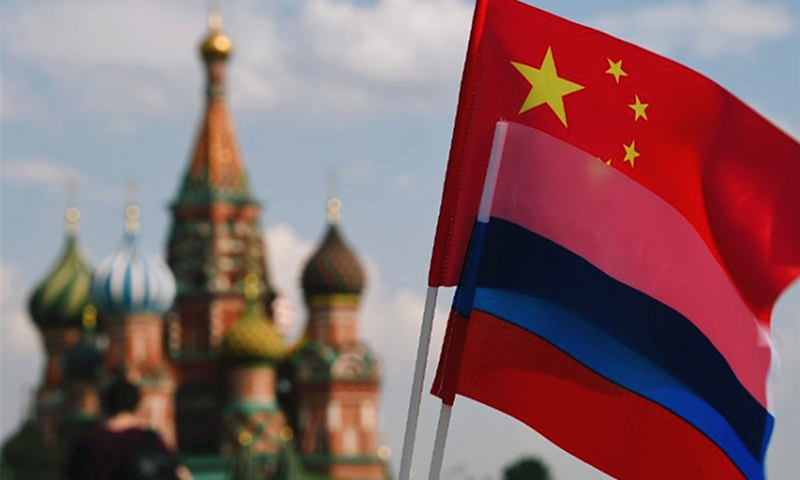 The national flags of China and Russia are seen on Red Square, Moscow.(Photo: Xinhua)
