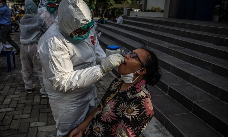 Pada 19 Februari 2021, petugas kesehatan mengambil sampel usap dari seorang wanita di tengah letusan COVID-19 di Medan, Sumatera Utara, Indonesia.  (Foto: Xinhua)